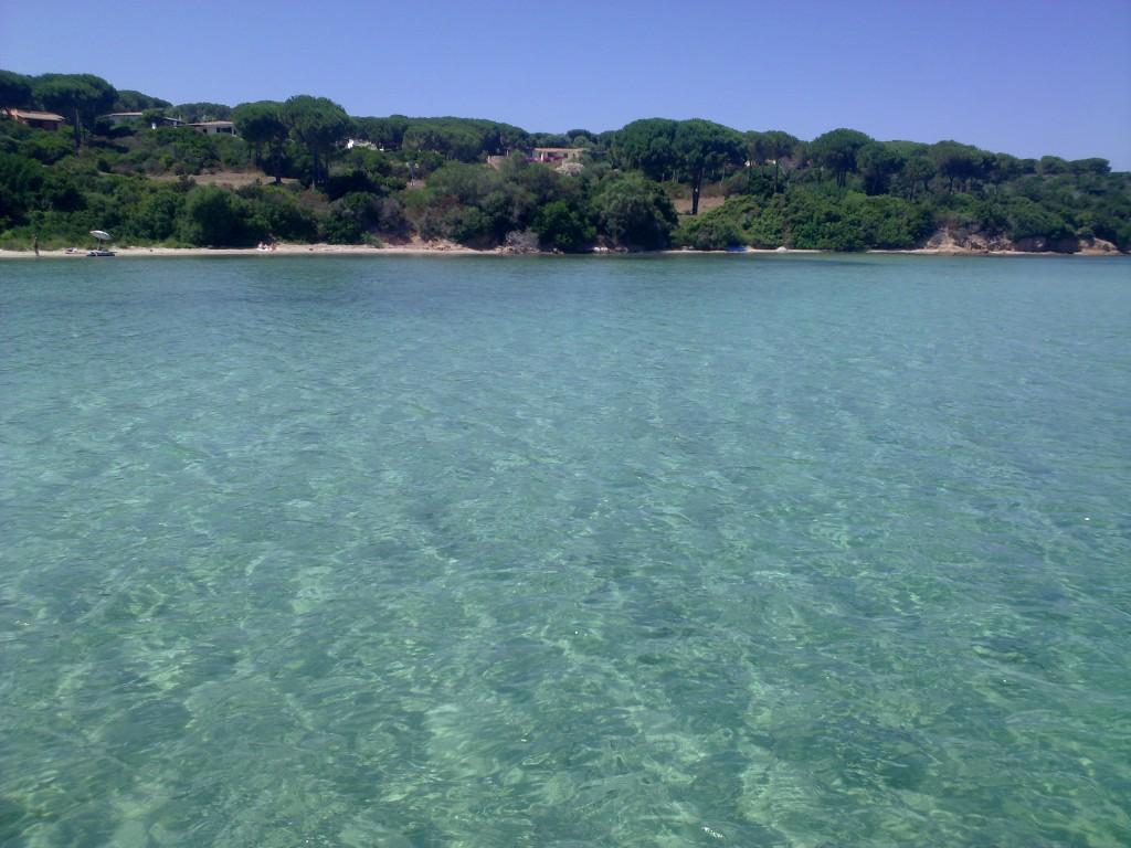 Türkisblaues Wasser in der Badebucht von Conca Verde, nur wenige Fahrminuten vom Ferienhaus entfernt.