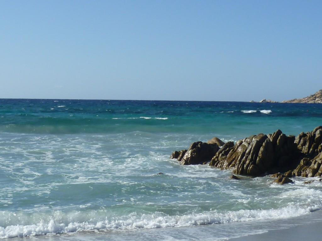 Kristallklares Wasser - und immer einen leichten Wind, so lieben wir Sardinien.